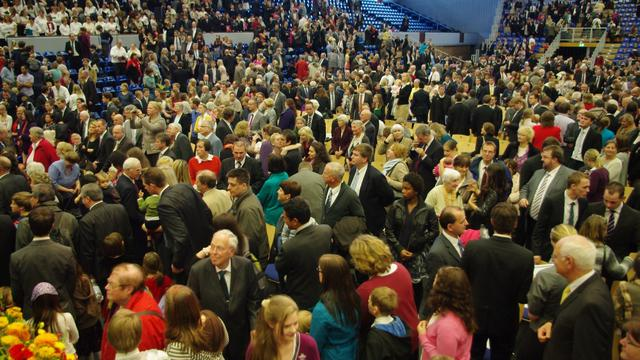 Crowd picture Hamburg meeting with President Monson