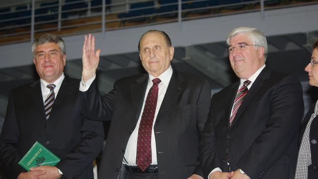 President Monson waves to Saints in Hamburg accompanied by Elder and Sister Teixeira and Hamburg Stake President